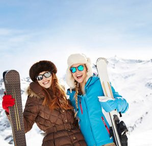 Deux filles avec des skis à la montagne