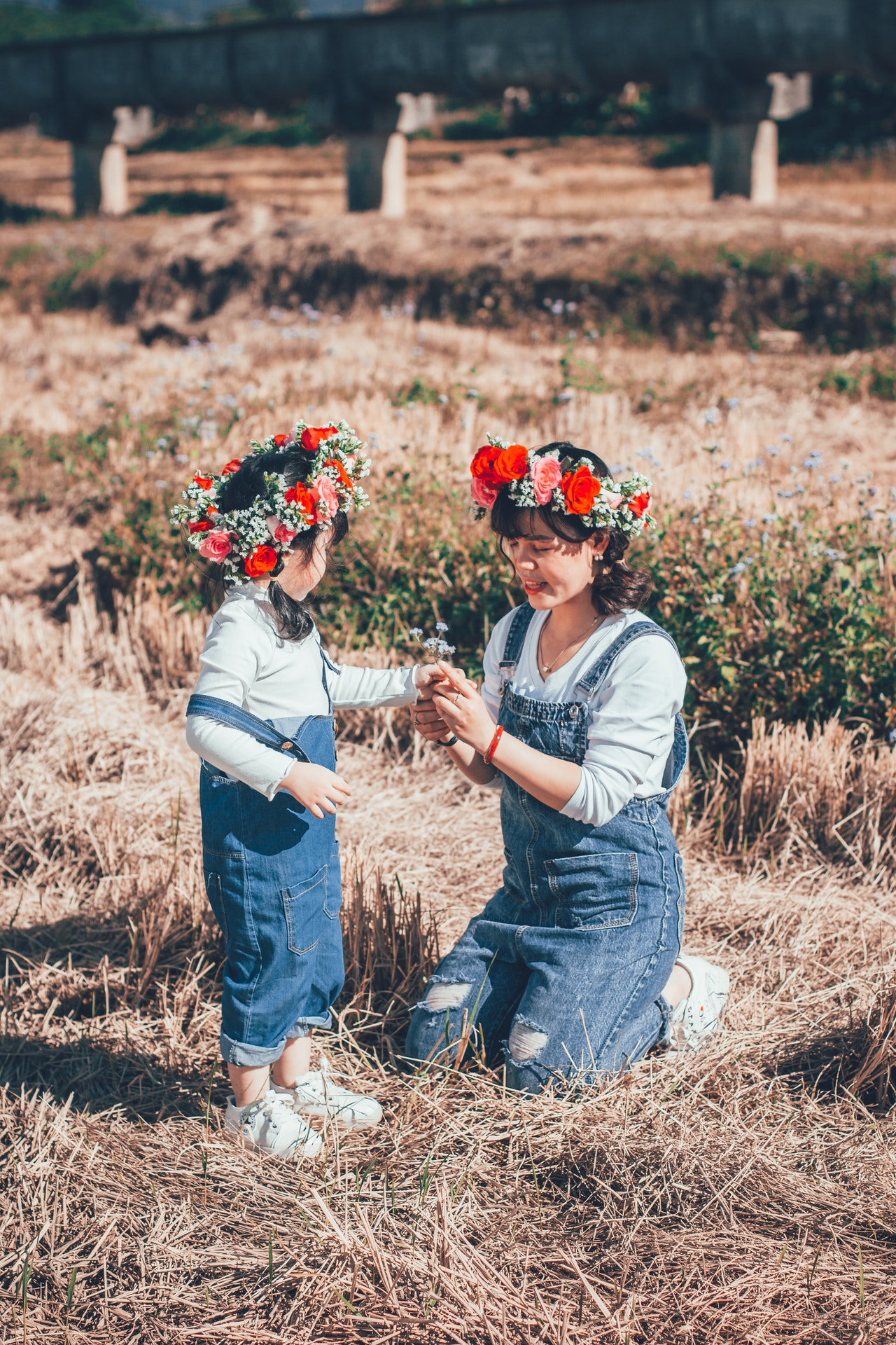 mère et fille habillées en salopette en jean avec couronnes de fleurs