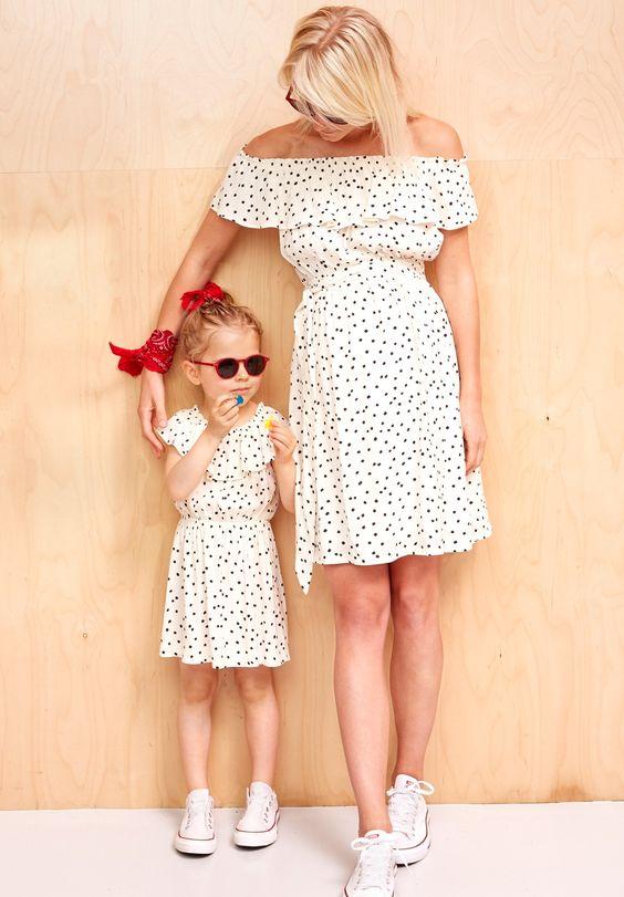 mère et fille en robe blanche à pois et converses blanches