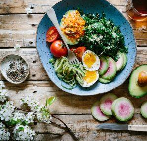 Assiette de salade composée avec des produits frais et des oeufs