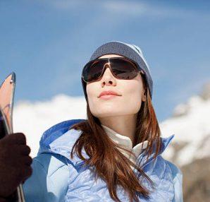 Femme à la montagne en tenue de ski