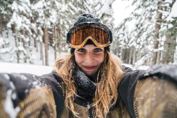 Femme qui se prend en selfie au ski