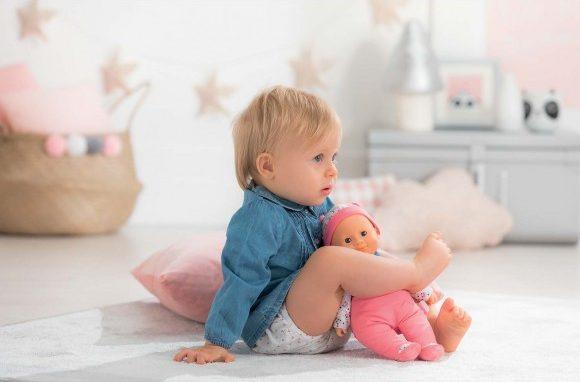 Un bébé et son poupon