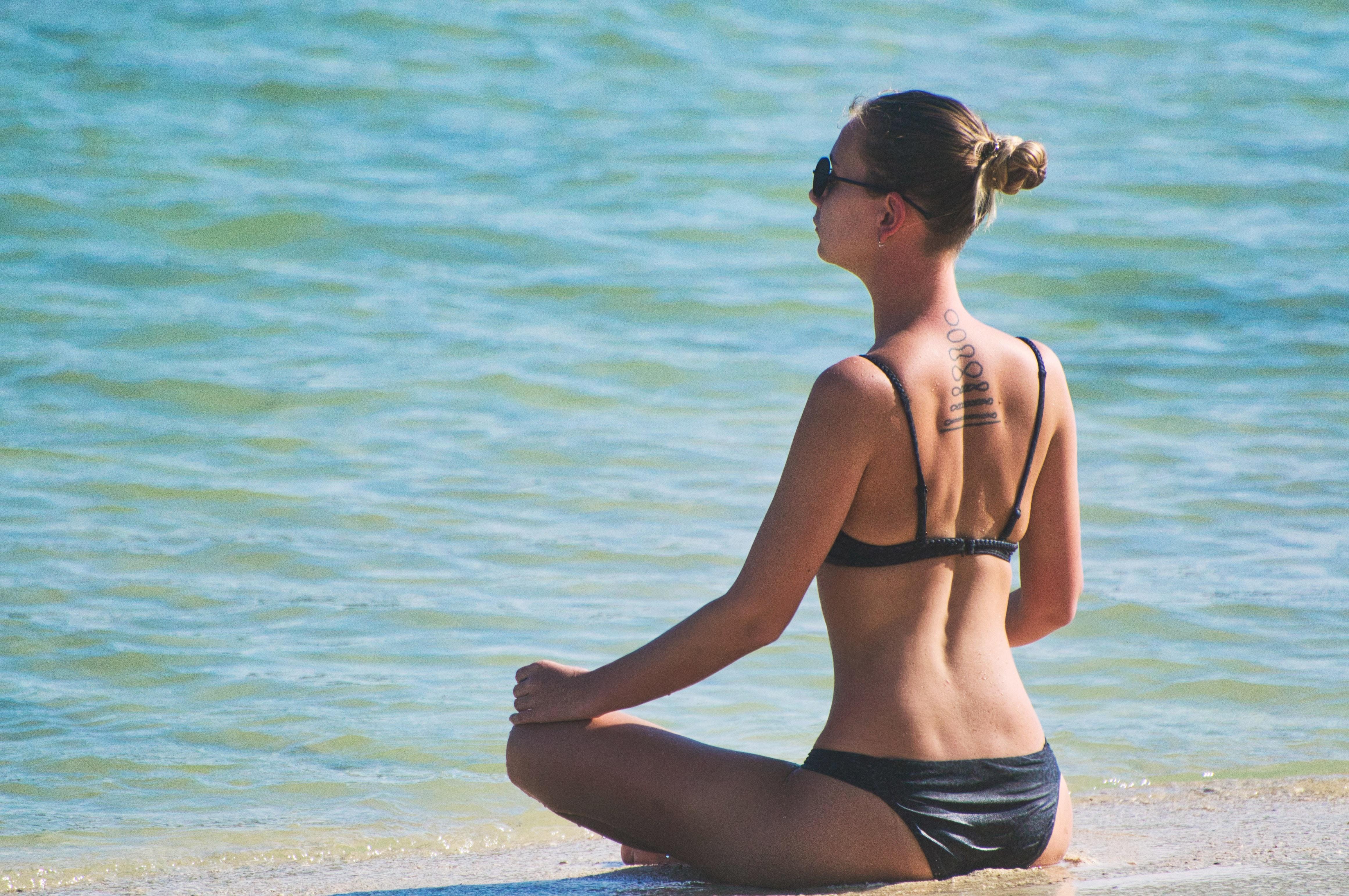 Femme assise devant l'océan