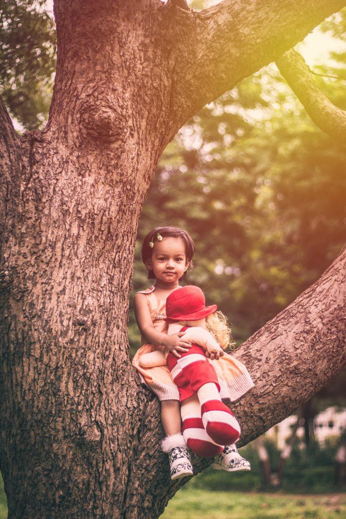 Petite fille avec poupée