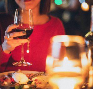 Jeune femme à table pour un dîner romantique lors d'un premier rendez-vous