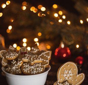 biscuits de noël dans un bol devant un sapin de noël éclairé