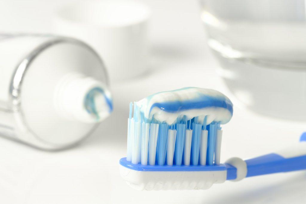 Brosse à dents avec du dentifrice
