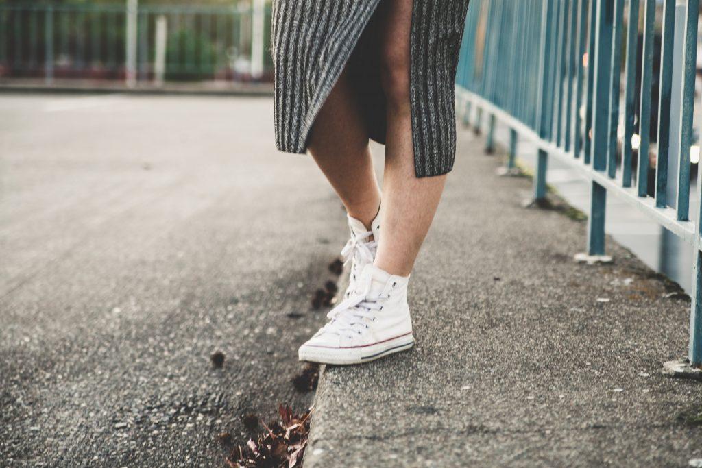 baskets blanches portée par une femme