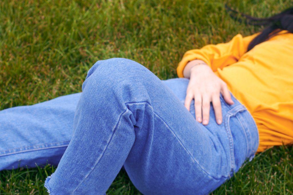 jean bleu porté par une femme