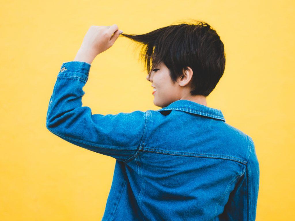 veste en jean bleu portée par une femme