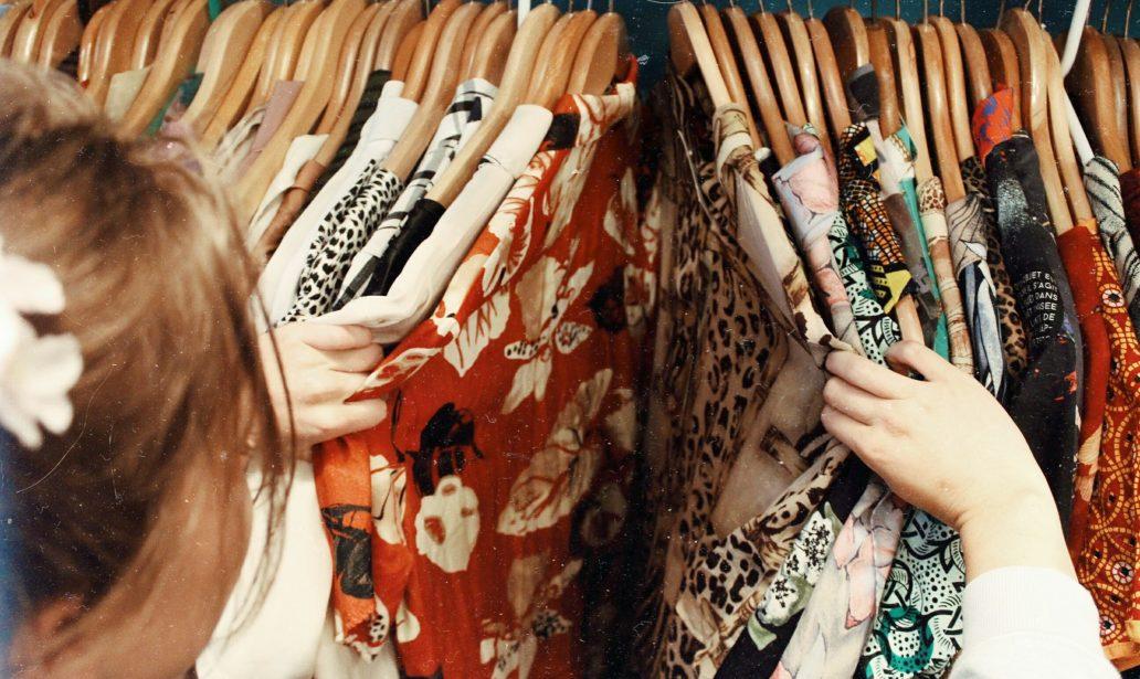 femme qui cherche des vêtements