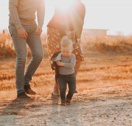 Jeunes parents en promenade avec leur bébé
